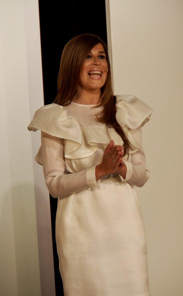 Laura Chamorro presentando el evento con una pieza de la colección Tabancos