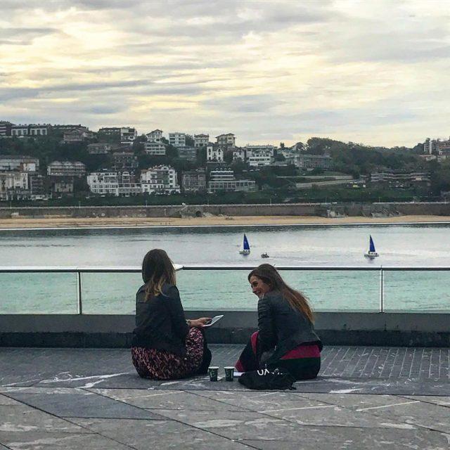 Confidencias entre hermanas ultimando los detalles de la ponencia sociallearninghellip